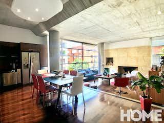 Una sala de estar llena de muebles y una mesa en Apartamento en venta en Chicó Reservado de 123m2