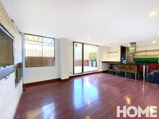 Una gran sala de estar con suelos de madera y paredes blancas en Apartamento en venta en Rincón del Chicó de 95m2