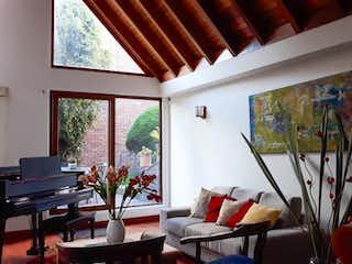 Una sala de estar llena de muebles y una ventana en Casa en venta en Casa Blanca Suba, 500mt con dos terrazas