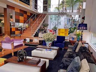 Una sala de estar llena de muebles y una televisión de pantalla plana en Casa en venta en Niza de 700m2