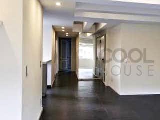 Una habitación que tiene una puerta de cristal en Apartamento en venta en El Nogal de 107m2