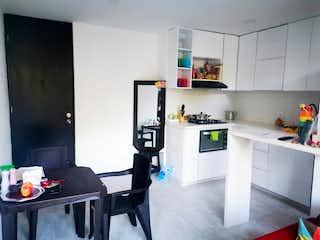 Una cocina con una mesa y una nevera en Apartamento en venta en Los Colegios, de 50mtrs2