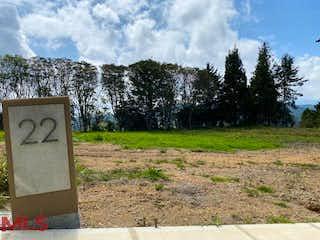 Una señal que está sentada en la hierba en Parcelación Monterosso