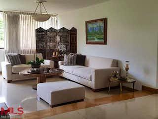 Una sala de estar llena de muebles y una gran ventana en Avila 1-2