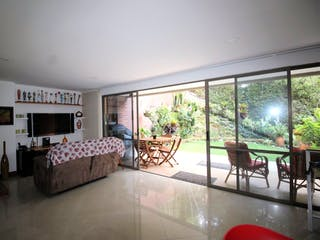 Una sala de estar llena de muebles y una gran ventana en Casa en venta en San Lucas, 289mt de tres niveles