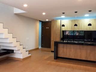 Una gran habitación con una gran cantidad de lavabos y espejos en Apartamento en venta en Rosales, 91mt duplex