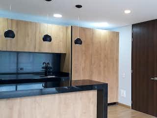 Un cuarto de baño con lavabo y un espejo en Apartamento en venta en Rosales, 54mt con balcon