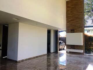 Cocina con nevera y microondas en Casa En Cajica, Cajica, 3 Habitaciones- 400m2.
