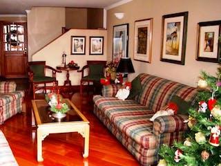Una sala de estar llena de muebles y flores en Apartamento En Bogota Entrerríos cuenta con tres pisos con 5 alcobas