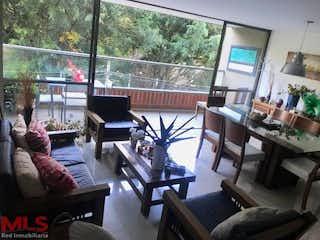 Una sala de estar llena de muebles y una ventana en Allegro (San Lucas)