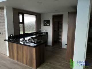 Una cocina con una estufa y un fregadero en Casa en venta en Lejos del Nido, de 1550mtrs2
