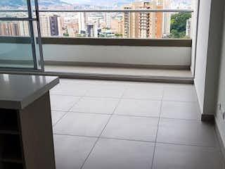 Un cuarto de baño con una puerta de cristal y una ventana en URB PRIMEIRO
