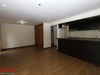 Una cocina con suelos de madera y paredes blancas en Punta De Piedra