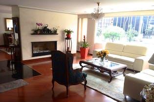 Apartamento En Venta En Bogota Chico Navarra en piso alto. Tres alcobas, principal con baño y vestier.