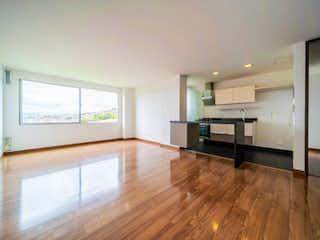 Una gran cocina con suelos de madera y paredes blancas en Apartamento En venta en Club De Los Lagartos de 58m2