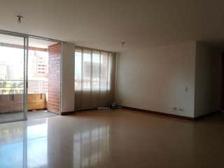 Una cocina con nevera y una ventana en Apartamento en venta en Los Almendros, 127mt con balcon