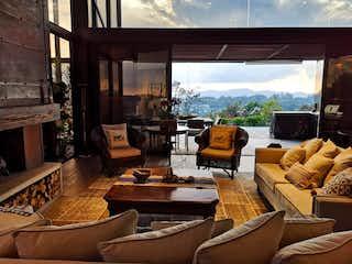 Una sala de estar llena de muebles y una ventana en ESPECTACULAR CASA EN LAS PALMAS VIA AEROPUERTO