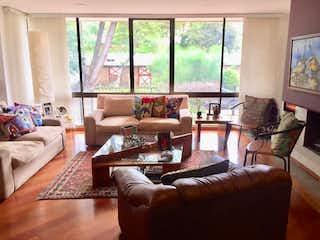Una sala de estar llena de muebles y una gran ventana en Vende Apartamento La Carolina Bogota