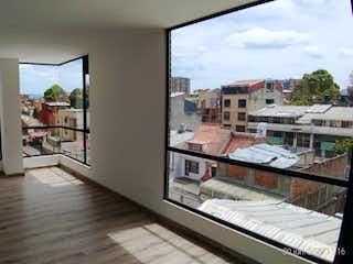 Una vista de una sala de estar y una sala de estar en Apartamento en venta en Caobos Salazar de dos habitaciones