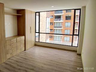 Una habitación que tiene una ventana en ella en Apartamento en venta en Caobos Salazar de una habitacion