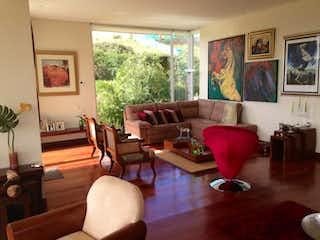 Una sala de estar llena de muebles y una ventana en Casa de 426m2 en Sopó, Altos De Yerbabuena