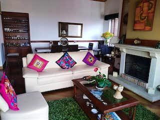 Una sala de estar llena de muebles y una televisión de pantalla plana en Apartamento con terraza En Venta En Rosales de 170m2