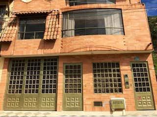Un edificio con un reloj en la parte delantera en Casa La Calera Centro