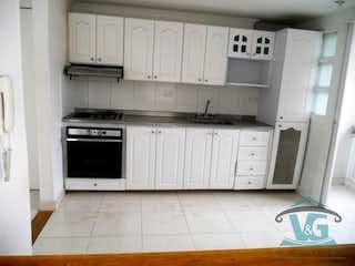 Una cocina con armarios blancos y electrodomésticos blancos en VEGAS DE ZUÑIGA
