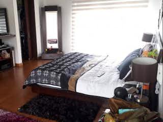 Una habitación que tiene una cama y un escritorio en ella en Casa Fagua