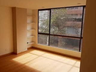 Una puerta de madera en una pequeña cocina con una ventana en Apartamento en venta en El Virrey, 90mt
