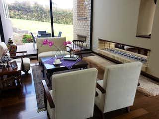 Una sala de estar llena de muebles y una ventana en Casa en venta en San Rafael 750m² con Gimnasio...