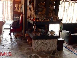 Una sala de estar llena de muebles y una chimenea en Parcelación La Acuarela