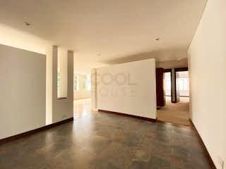 Una gran cocina blanca con un refrigerador blanco en Apartamento en Venta en La Cabrera de 214m2