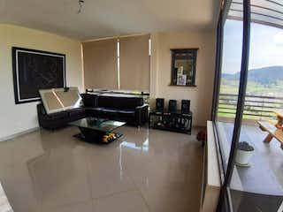 Una sala de estar llena de muebles y una ventana en Casa En Venta En La Calera La Calera de 274m2