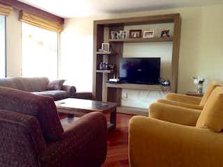 Una sala de estar llena de muebles y una televisión de pantalla plana en Apartamento En Venta En Bella Suiza de 112m2