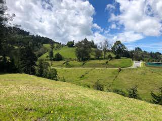 Una vista de un valle con una montaña en el fondo en Lote en venta en El Retiro, 1037mt