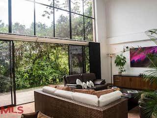 Una sala de estar llena de muebles y una ventana en Bosques de Berlin