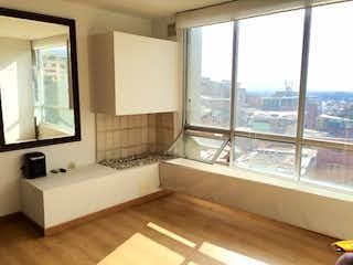 Un cuarto de baño con una bañera grande y una ventana grande en Apartamento en venta en Chapinero Alto 53m² con Zonas húmedas...