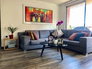 Una sala de estar llena de muebles y una gran ventana en Apartamento en Colina Campestre de 94m2