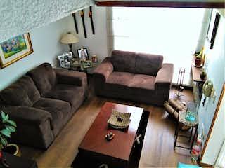 Una sala de estar llena de muebles y una chimenea en Casa en venta en Barrio Verbenal de 76mts