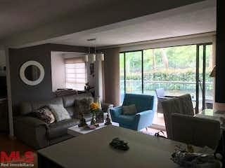 Una sala de estar llena de muebles y una gran ventana en Aviva