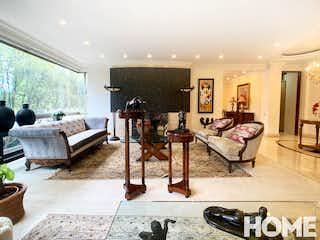 Una sala de estar llena de muebles y una mesa en PORTAL DE SIENA