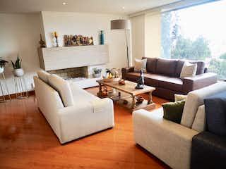Una sala de estar llena de muebles y una televisión de pantalla plana en Apartamento en venta en Bosque de Pinos de tres habitaciones