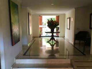 Una sala de estar llena de muebles y una ventana en Apartamento En Venta En Bogota Recodo Del Country-Usaquén
