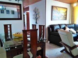 Una sala de estar llena de muebles y una televisión de pantalla plana en Apartamento en venta en Barrio Verbenal de tres habitaciones