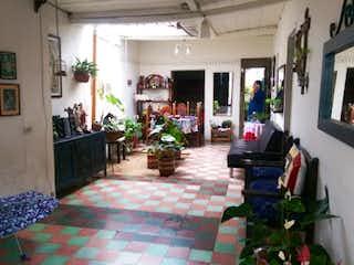 Una sala de estar llena de muchos muebles en Casa en venta en Centro, Rionegro - 600mt