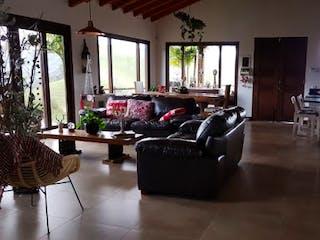 Una sala de estar llena de muebles y una gran ventana en PALMARES DE SAMARIA