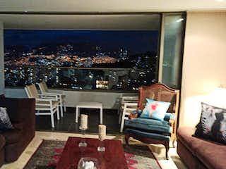 Una sala de estar llena de muebles y una televisión de pantalla plana en Riotinto