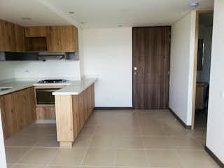 Una cocina con suelos de madera y electrodomésticos blancos en SIERRA MORENA