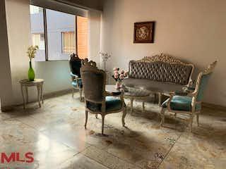 Una sala de estar llena de muebles y una chimenea en Las Naves 2